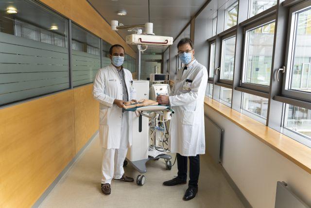 20210215_OA_Dr._Cahit Birdir_Prof._Dr._Mario_Rüdiger_showing_the_Concord_Birth_Trolley.jpg